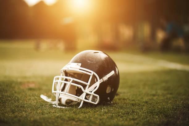 Football-Helm auf Feld – Foto