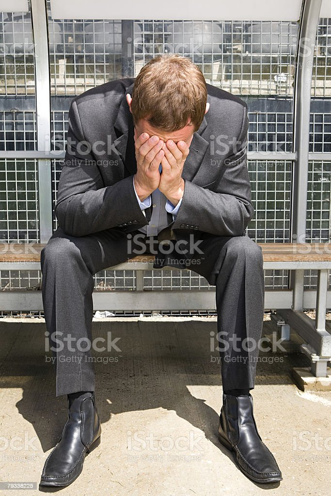 Um Administrador de futebol com A cabeça em suas mãos foto de stock royalty-free