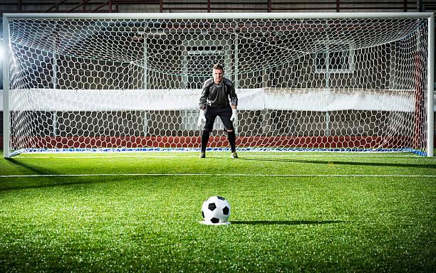 football match in stadium: penalty kick - scoren stockfoto's en -beelden