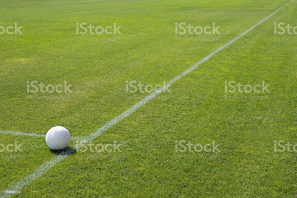 Bola de Futebol no campo foto de stock royalty-free