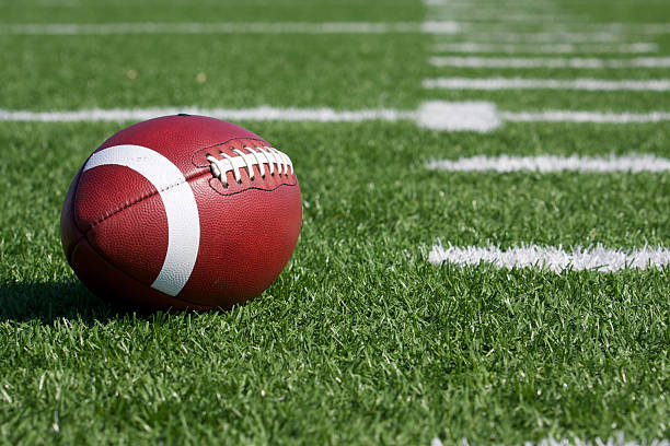 joueur de football sur le terrain - terrain de sport sur gazon photos et images de collection