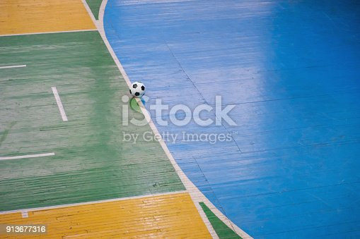 istock Estadio de fútbol o fútbol sala con una marca brillante del campo de  juego y 558ec538f279d