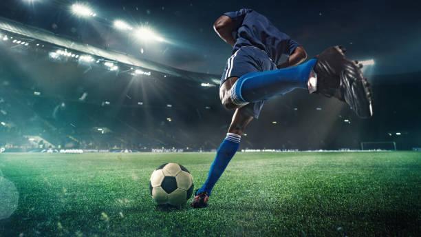 fotboll eller fotbollsspelare i aktion på stadion med ficklampor, sparka boll för att vinna mål, vidvinkel. åtgärder, konkurrens i rörelse - fotboll bildbanksfoton och bilder