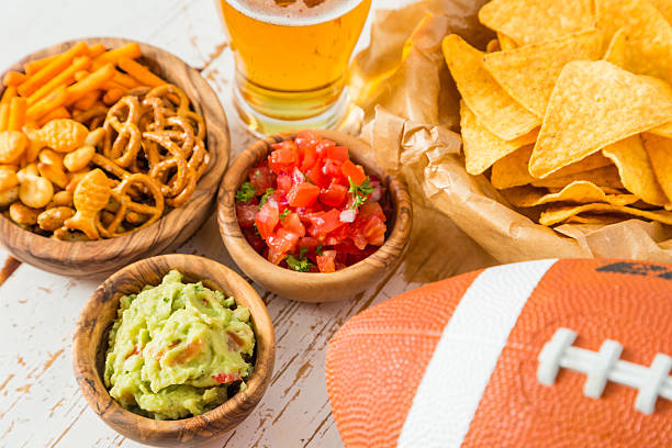 Football party food, nachos salsa guacamole - foto de acervo