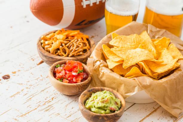 fußball party essen, super-bowl-tag, nachos salsa guacamole - spieltag vorspeisen stock-fotos und bilder