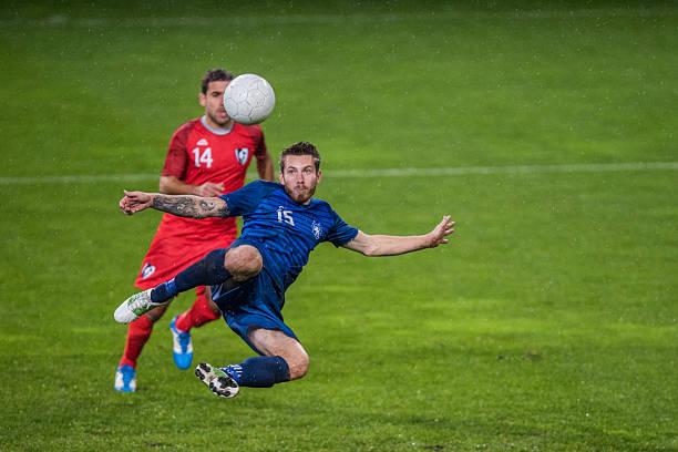 Jogadores de futebol americano jogando futebol - foto de acervo