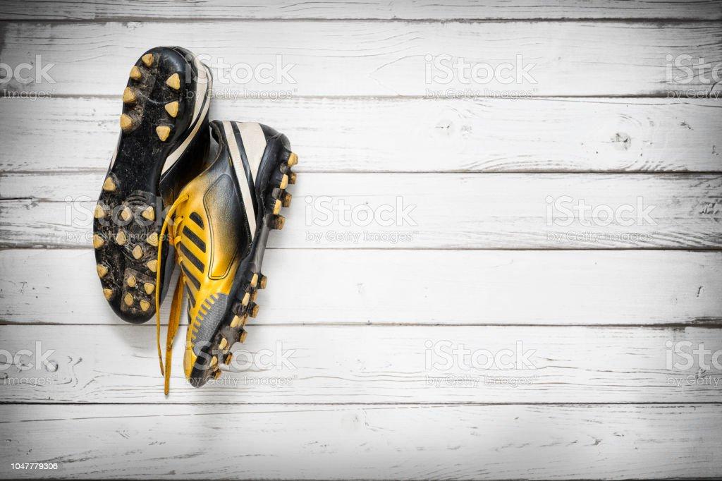 Fußball-Schuhe an Holzwand hängen – Foto