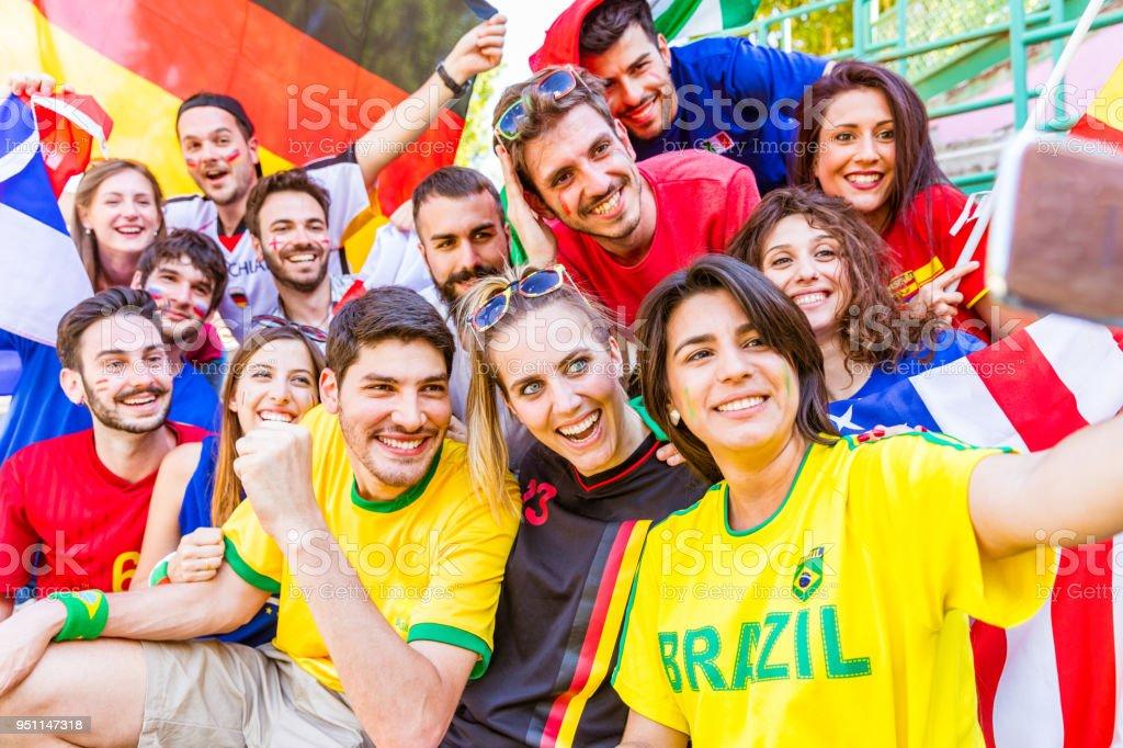 Torcedor de futebol tomando uma selfie no estádio - foto de acervo