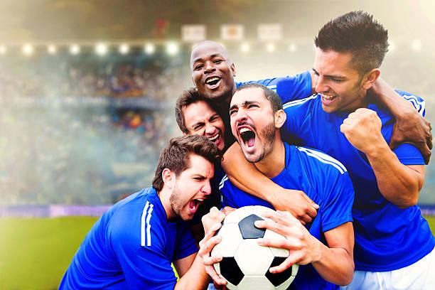 Time de futebol americano, comemorando um gol - foto de acervo