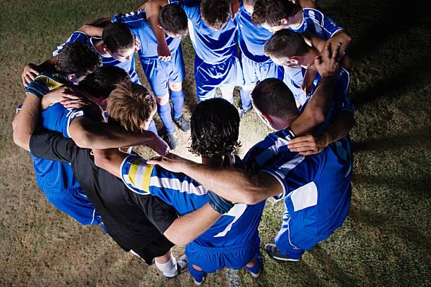 em uma reunião de equipe de futebol - equipa de futebol - fotografias e filmes do acervo