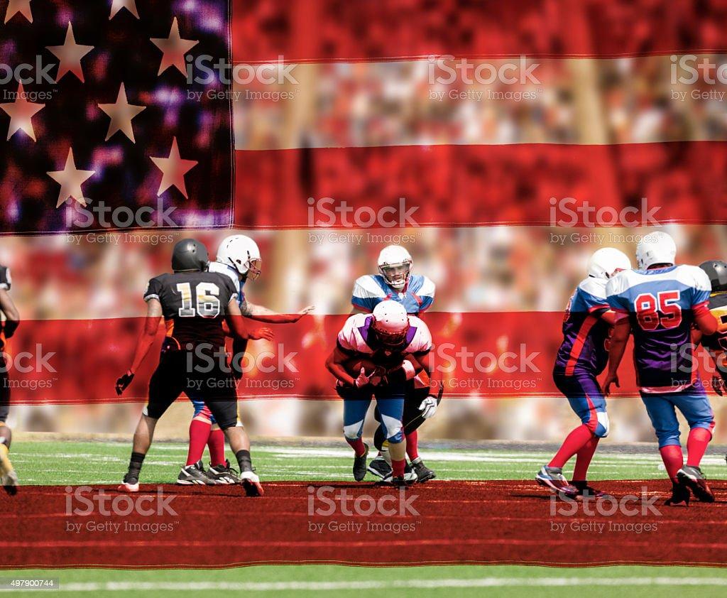 Time de futebol dos EUA. Jogadores com a bola. A defesa. Estádio fãs. Bandeira. - foto de acervo