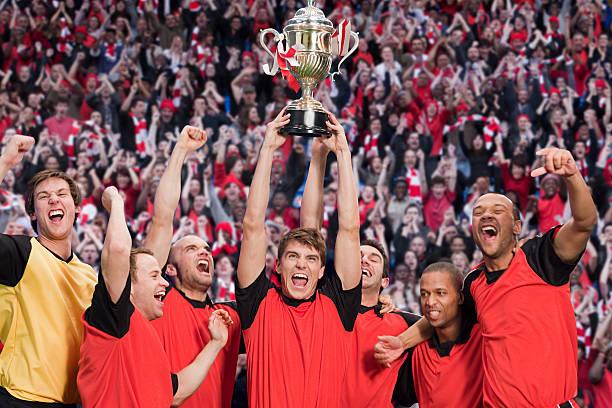 equipe ganhar um troféu de futebol - equipa de futebol - fotografias e filmes do acervo