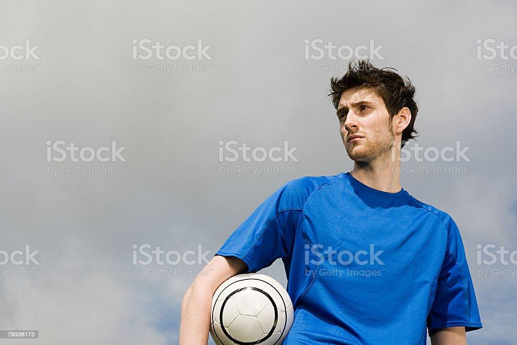 Um segurando uma bola de futebol foto de stock royalty-free