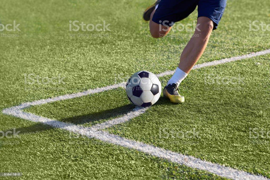 Joueur de football s'apprête à donner un coup de pied de coin avec le ballon - Photo