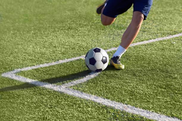 voetballer bereidt om een hoek schop met de bal - internationaal voetbalevenement stockfoto's en -beelden