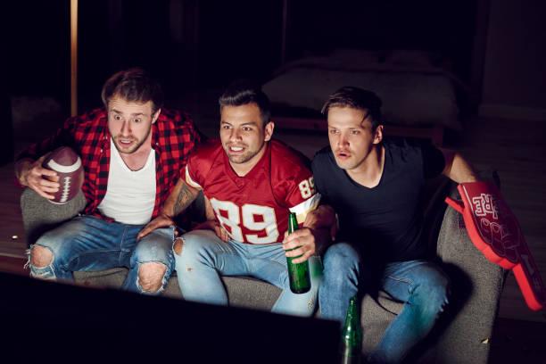 footbll fans wachten voor score - football friends tv night stockfoto's en -beelden