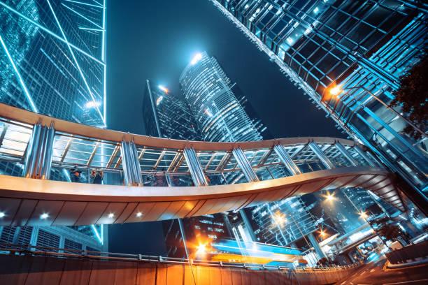 gångbro och corporate byggnader i centrala hongkong - finanskvarter bildbanksfoton och bilder