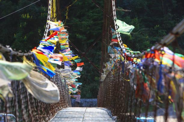 Pasarela sobre la Chuu Mo conduce a la Khamsum Yulley Namgyal Chorten (Stupa) en el valle de Punakha, Bhután - foto de stock