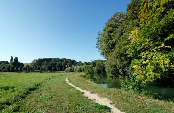 sentier dans la vallée du fleuve grand Morin - Photo