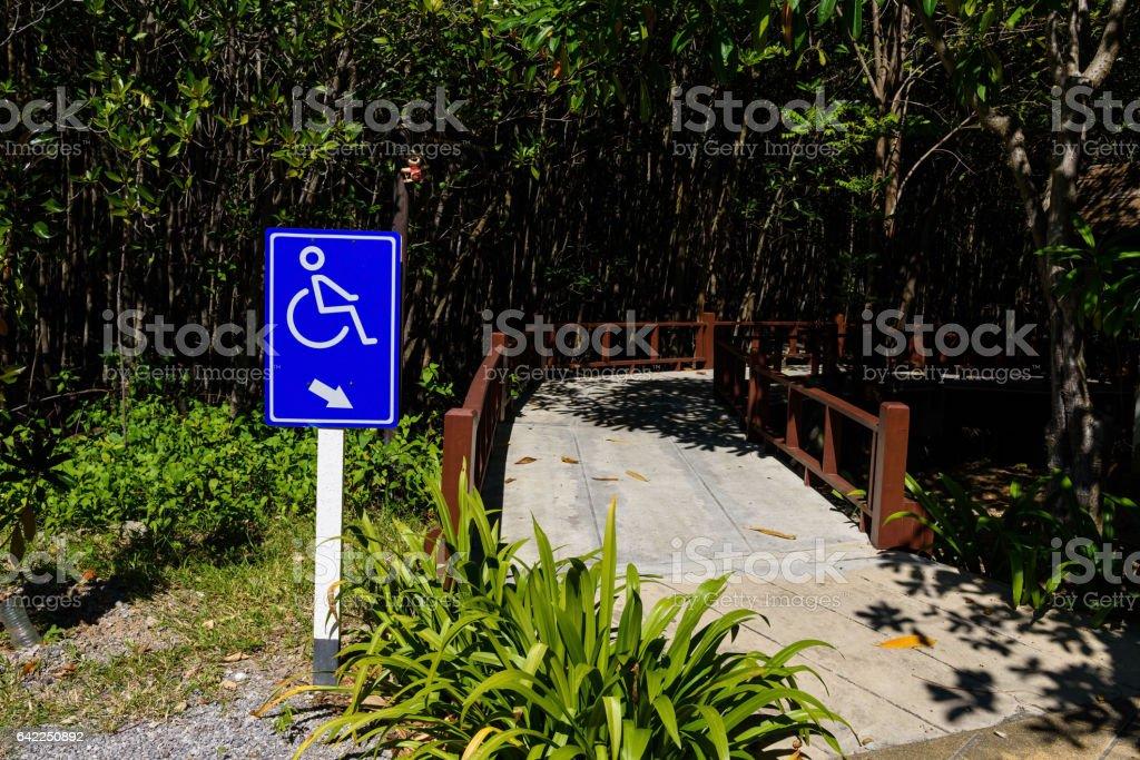Wanderweg mit Rollstuhl oder Behinderung Zeichen – Foto