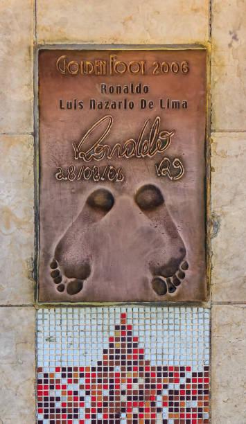 empreinte du lauréat ronaldo footballeur légendaire du prix international golden pied sur la promenade de champions en 2009 à monaco monte-carlo - zidane photos et images de collection