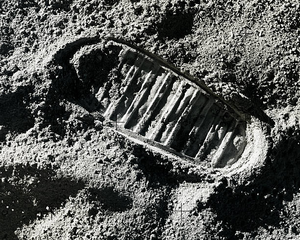 footprint on moon - moon stockfoto's en -beelden
