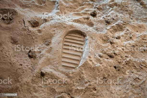 Footprint on the moon picture id1145939308?b=1&k=6&m=1145939308&s=612x612&h=e6f4bria8xyck9gfuxkru vldy gq6dxyhehgloawjw=