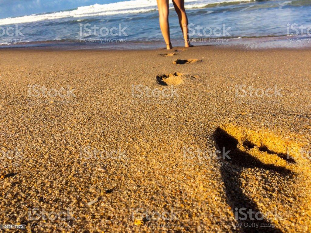 Fußspuren und Beine einer Frau in einem Strand - Lizenzfrei Ansicht von oben Stock-Foto