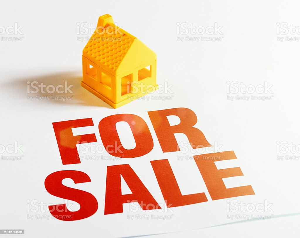 For Sale sign next to a little model house – Foto