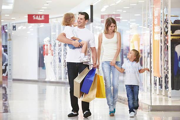 für einkaufen - damen jeans sale stock-fotos und bilder