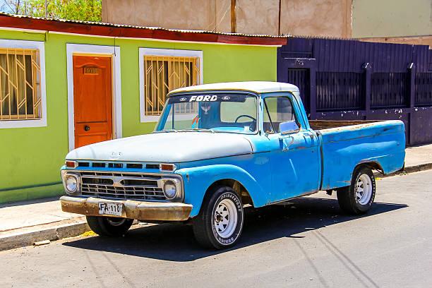 ford f-100 - alte wagen stock-fotos und bilder