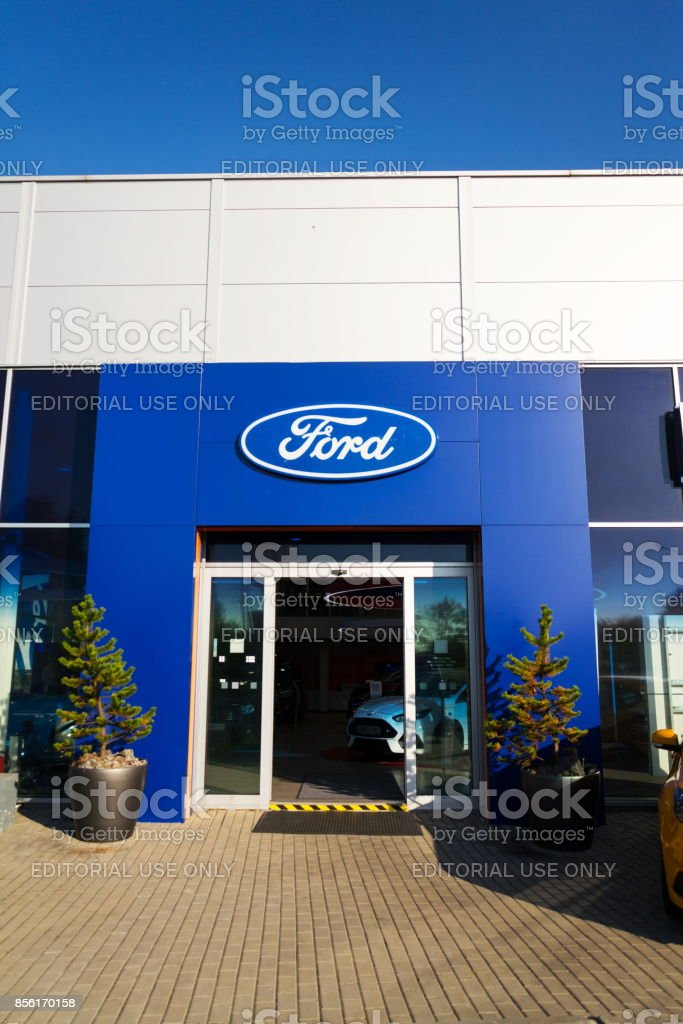 Ford motor Company Logo auf Autohaus-Gebäude – Foto