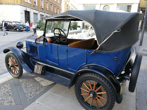 """Ford T del 1919 all'Arco Traiano Benevento, Campania, Italy - June 9, 2018: Ford Model T of 1919 on display at the Arco di Traiano to participate in the eighth edition """"Streghe al Volante"""", the national A.S.I. valid for the Marco Polo Trophy 1910 1919 stock pictures, royalty-free photos & images"""