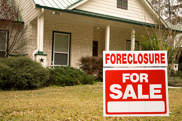 embargo hipotecario para venta señal en frente de casa - embargo hipotecario fotografías e imágenes de stock
