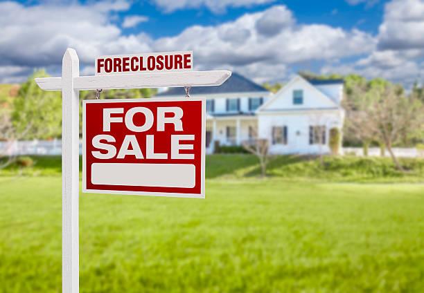 embargo hipotecario casa para venta signo en frente de casa grande - embargo hipotecario fotografías e imágenes de stock