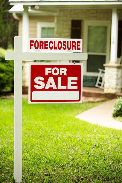 embargo hipotecario, casa para venta signo.   jardín delantero del hogar.   nadie. - embargo hipotecario fotografías e imágenes de stock
