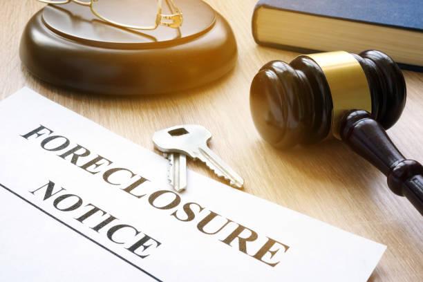 aviso de ejecución hipotecaria y llaves sobre una mesa de corte. - embargo hipotecario fotografías e imágenes de stock