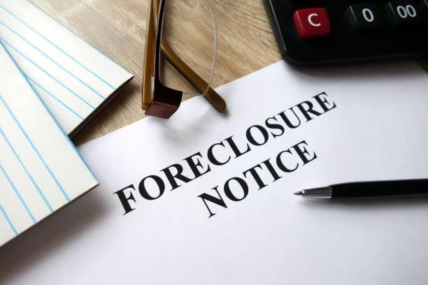 aviso de ejecución hipotecaria con lápiz, calculadora y vidrios en la oficina - embargo hipotecario fotografías e imágenes de stock