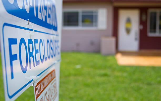embargo hipotecario señal fuera un condenado hotel - embargo hipotecario fotografías e imágenes de stock
