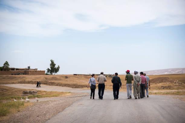 auswärtige entwicklungshelferin und kurdische männer geselligkeit in dubardan, nord-irak - kurdische sprache stock-fotos und bilder