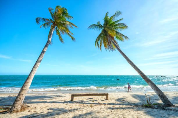 Ausländische Touristen entspannen in einer schönen Bucht – Foto