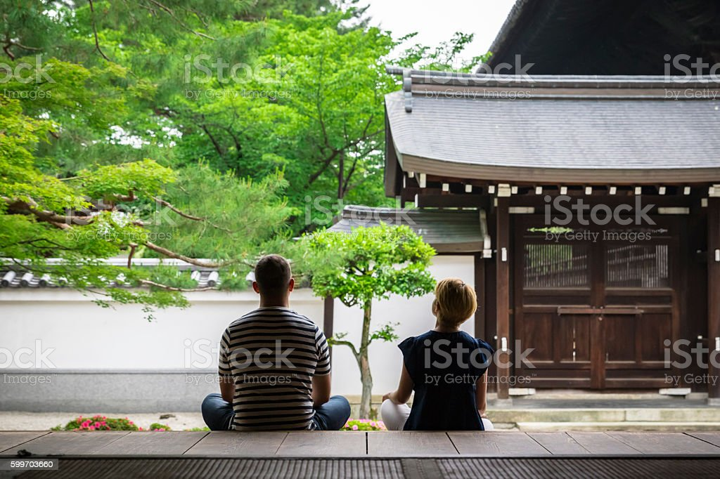 2 foreigners to the meditation in the Japanese temple ストックフォト