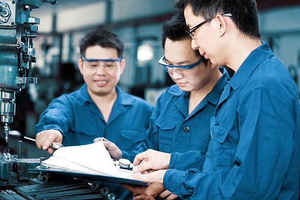 Foreman und Arbeiter Überprüfen der Werkzeuge in Fabrik – Foto