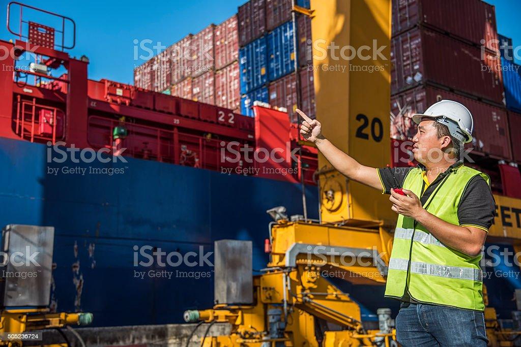 foreman Kontrolle Gabelstapler Handhabung der box-container im Hafen - Lizenzfrei Anlegestelle Stock-Foto
