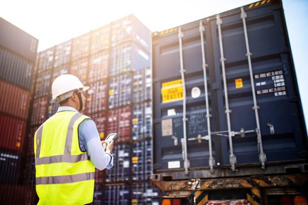 contentores de carga de capataz controle caixa de navio de carga carga para importação exportação, controle de capataz navio de carga contentorizada industrial. conceito de logístico. - recipiente - fotografias e filmes do acervo