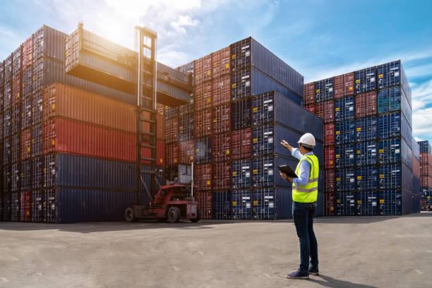 controle de capataz, carregando caixa de contêineres do navio de carga carga para importação exportação - recipiente - fotografias e filmes do acervo