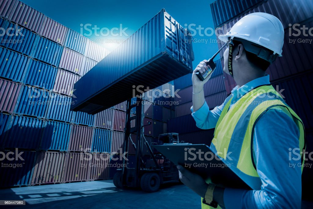 Foreman control loading containers box from cargo freight ship for import export, Foreman control industrial container cargo freight ship, Business logistic concept, Import and export concept - Zbiór zdjęć royalty-free (Azja)