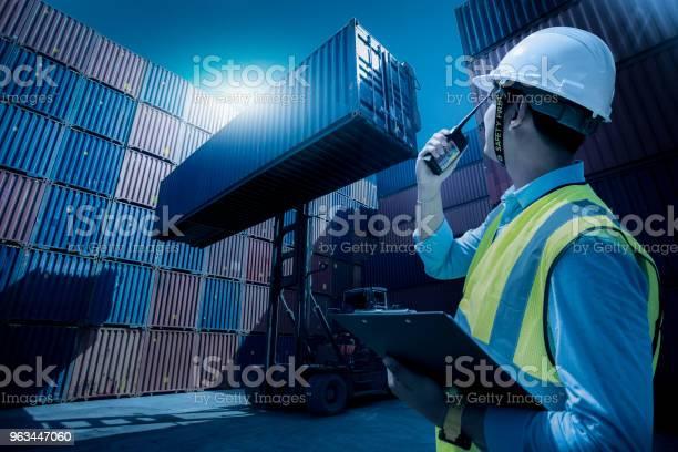 Foreman Kontroli Załadunku Kontenerów Polu Ze Statku Towarowego Towarowych Do Eksportu Importu Foreman Kontroli Przemysłowych Kontenerów Towarowych Towarowych Statek Towarowy Koncepcja Logistyki Biznesowej Import I Eksport Koncepcji - zdjęcia stockowe i więcej obrazów Ludzie