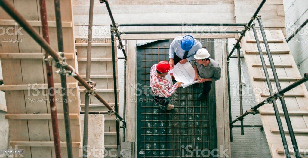 Vorarbeiter geben Fortschritt aktualisieren, Investor und Architekt stand sie am Gerüst Treppenhaus – Foto