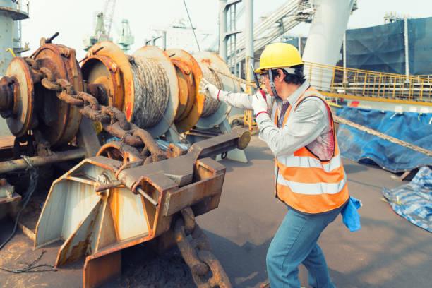 Forstmann mit Walkie-Talkie und Schutzhelm, um im Frachtschiff zu arbeiten – Foto